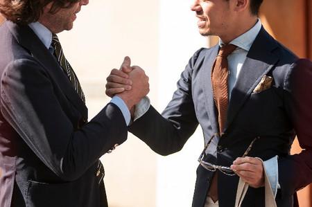 hombres con estilo se saludan