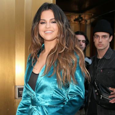 Selena Gomez apuesta por un arriesgado traje de terciopelo y gana por goleada