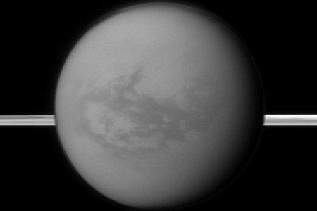 La sonda Cassini detecta lagos 'tropicales' en Titán, una luna de Saturno