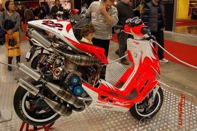 Malaguti F12 V4, un scooter con 90 caballos
