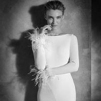 Di adiós al estilo rococó, el minimalismo de estos 13 vestidos de novia te robarán el corazón