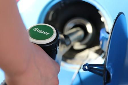 Repsol se apunta al pago vía app, pero ¿no eran peligrosos los móviles en las gasolineras?