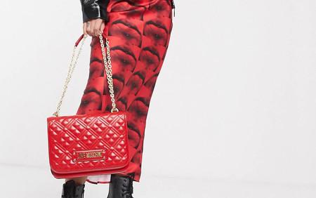 ASOS vuelve a rebajar el bolso Love Moschino más práctico y estiloso en su versión roja perfecta para la primavera