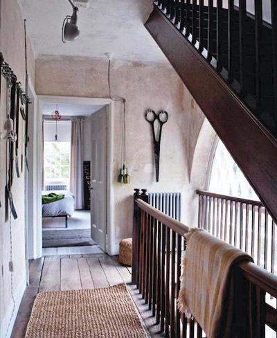 Escaleras en casa rústica