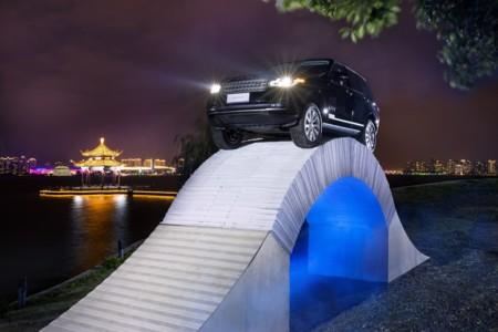 Video: ¿Cruzarías un puente hecho de papel a bordo de tu Range Rover?