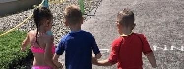 El conmovedor gesto de dos niños de cinco años ayudando a caminar a un amigo con parálisis cerebral