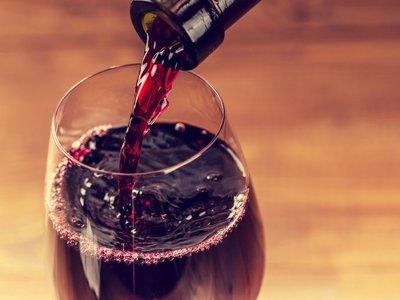 Ni beber vino equivale a hacer una hora de ejercicio ni el alcohol mejora la memoria