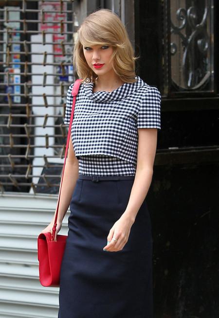 ¿Falda o vestido primaveral? Uno de cada para Taylor Swift en sus looks de calle