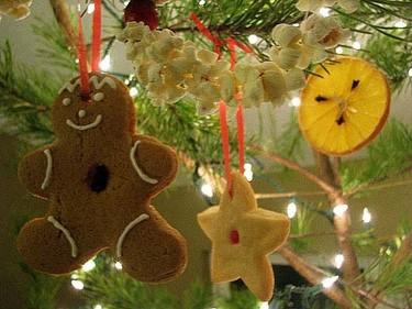 Adornos comestibles para el árbol de Navidad: galletas, naranjas y palomitas