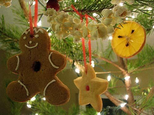 adornos comestibles para el rbol de navidad galletas naranjas y palomitas