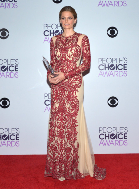 Peoples Choice Awards 2014 tendencias en vestidos de fiesta transparencias Stana Katic vestido burdeos nude