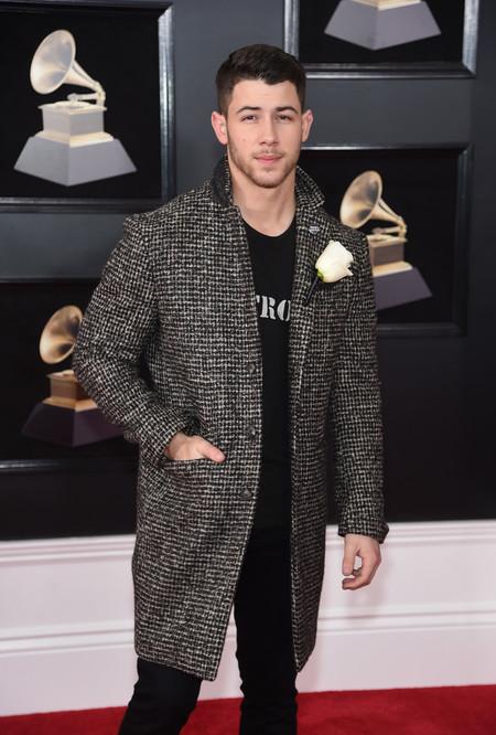 Nick Jonas lleva su colaboración con John Varvatos a la alfombra roja de los premios Grammy