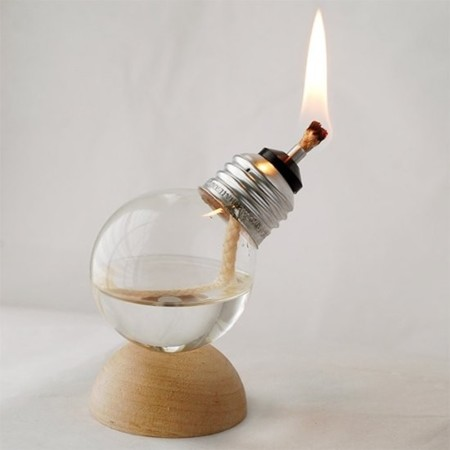 Bombilla reciclada como lámpara de aceite