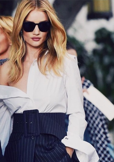 "La lección de estilo perfecta viene con Rosie Huntington Whiteley y su look ""working office"""