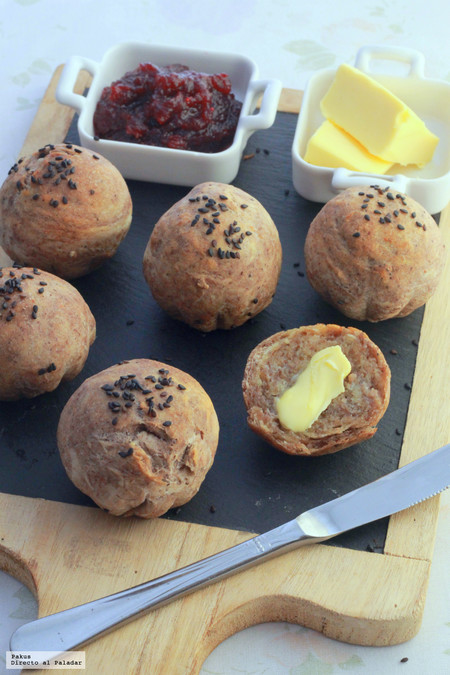 Receta de panecillos rústicos de aceitunas y sésamo para mejorar vuestros desayunos