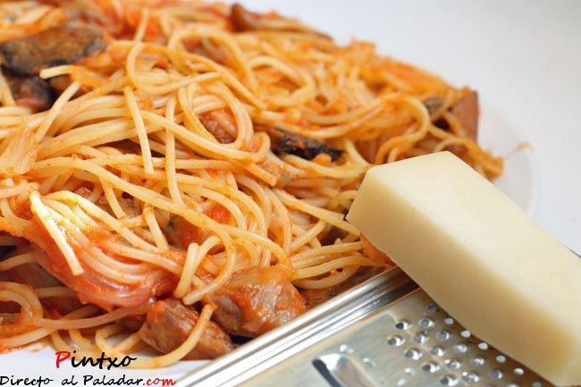 Espaguetis mar y monte receta - Espaguetis con chirlas ...