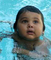 Un bebé indio se puede convertir en un récord Guinness por recorrer cuatro metros bajo el agua
