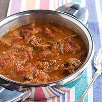 Carne con pimientos asados en salsa de tomate, receta de aprovechamiento