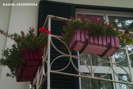 Hemos visto... jardineras de colores en un balcón