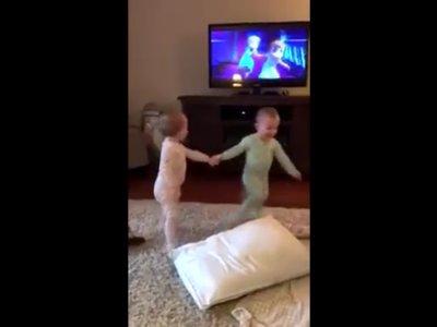 El adorable y divertido vídeo de un par de gemelas actuando su escena favorita de Frozen