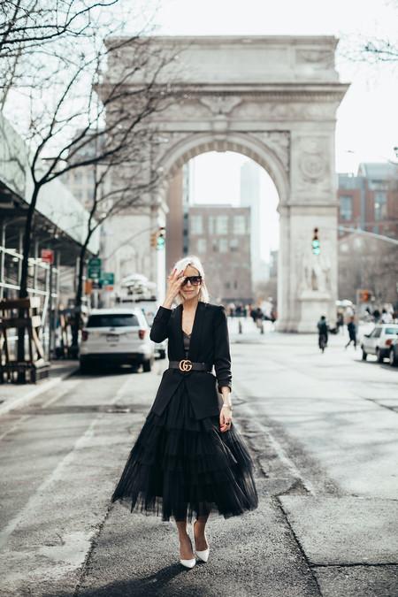 Si sumas una falda de tul de Zara a tu colección seguirás una de las tendencias más femeninas de la primavera. Lección del street style