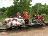 Trenes de bambú hechos a mano en Camboya