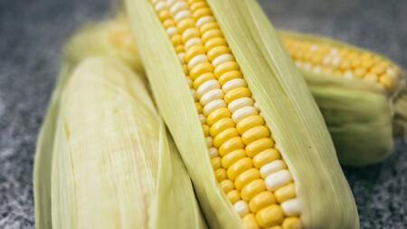 """Cómo """"ordeñar"""" las mazorcas de maíz: aprovecha su jugo natural para lograr un sabor intenso y una textura extra cremosa"""