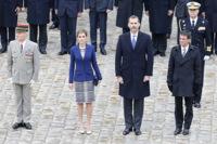 """La reina Letizia elige vestido chanelero """"made in Spain"""" para su primer acto en París"""