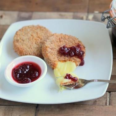 Medallones de camembert horneados con mermelada de grosellas, original receta de aperitivo para los amantes del queso