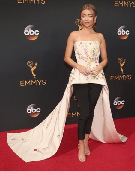Sarah Hyland da la campanada saltándose el protocolo con unos pantalones de Monique Lhuillier en los Emmys 2016