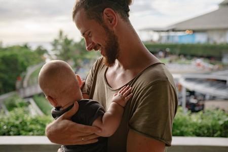 ¿Puede el hombre producir leche y amamantar a un bebé?
