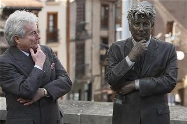 Vitoria le erige una estatua a Ken Follet