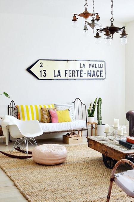 Una señal de tráfico decorando tu salón