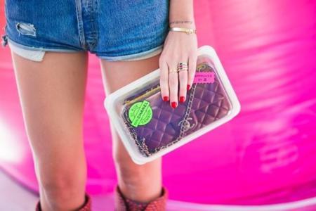 Duelo de bolsos: un Chanel dentro de un embalaje de plástico. ¿Estará de oferta?