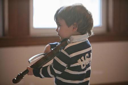 Nino Tocando El Violin
