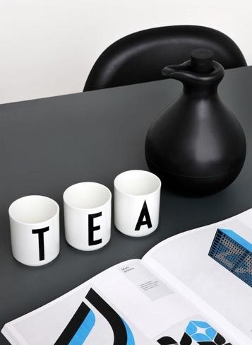 Las tazas con letras de Arne Jacobsen para construir palabras