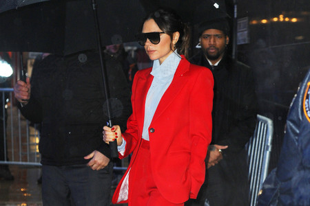 Victoria Beckham nos muestra dos maneras muy distintas de llevar el color rojo