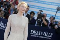 Blanca y radiante, la aparición de Cate Blanchett en el Deauville American Film Festival