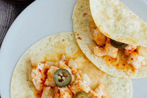 Tacos de pescado en salsa de guajillo y piña. Receta mexicana fácil