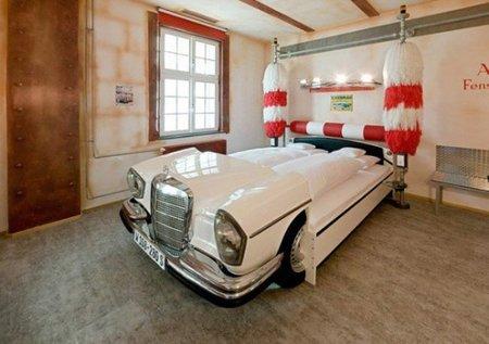 Puertas abiertas: dormitorio para un amante de los coches