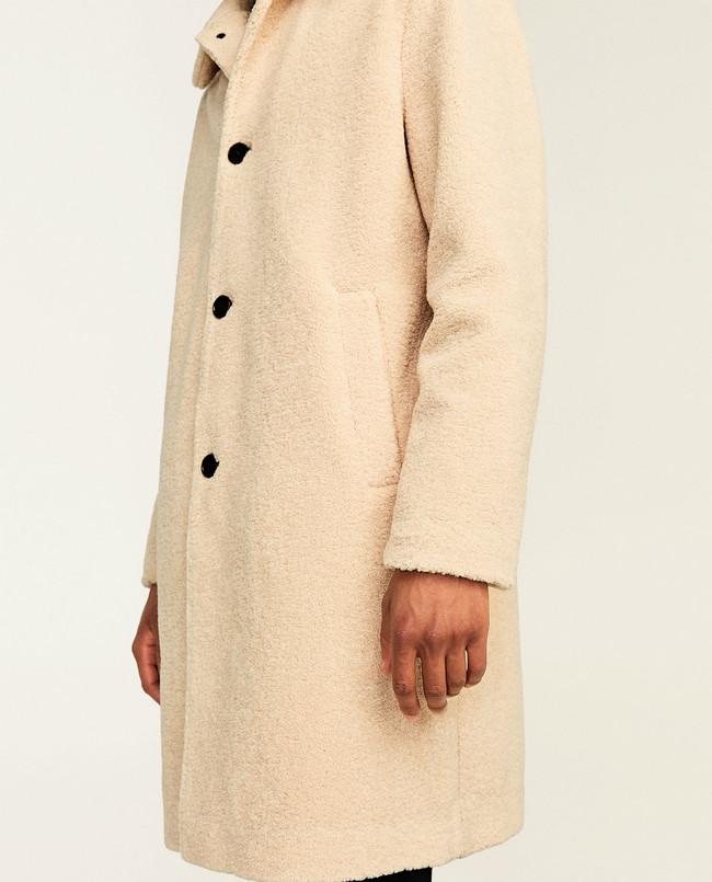 El mejor abrigo de la temporada es de borreguillo y lo puedes encontrar en Zara