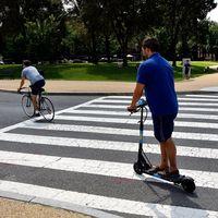 Cruzar un paso de peatones montado en bicicleta o patinete eléctrico puede suponer una multa de 200 euros