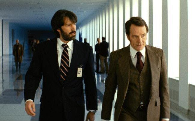 Ben Affleck y Bryan Cranston en una escena de Argo