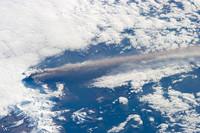 La erupción del volcán Pavlof vista desde la Estación Espacial Internacional