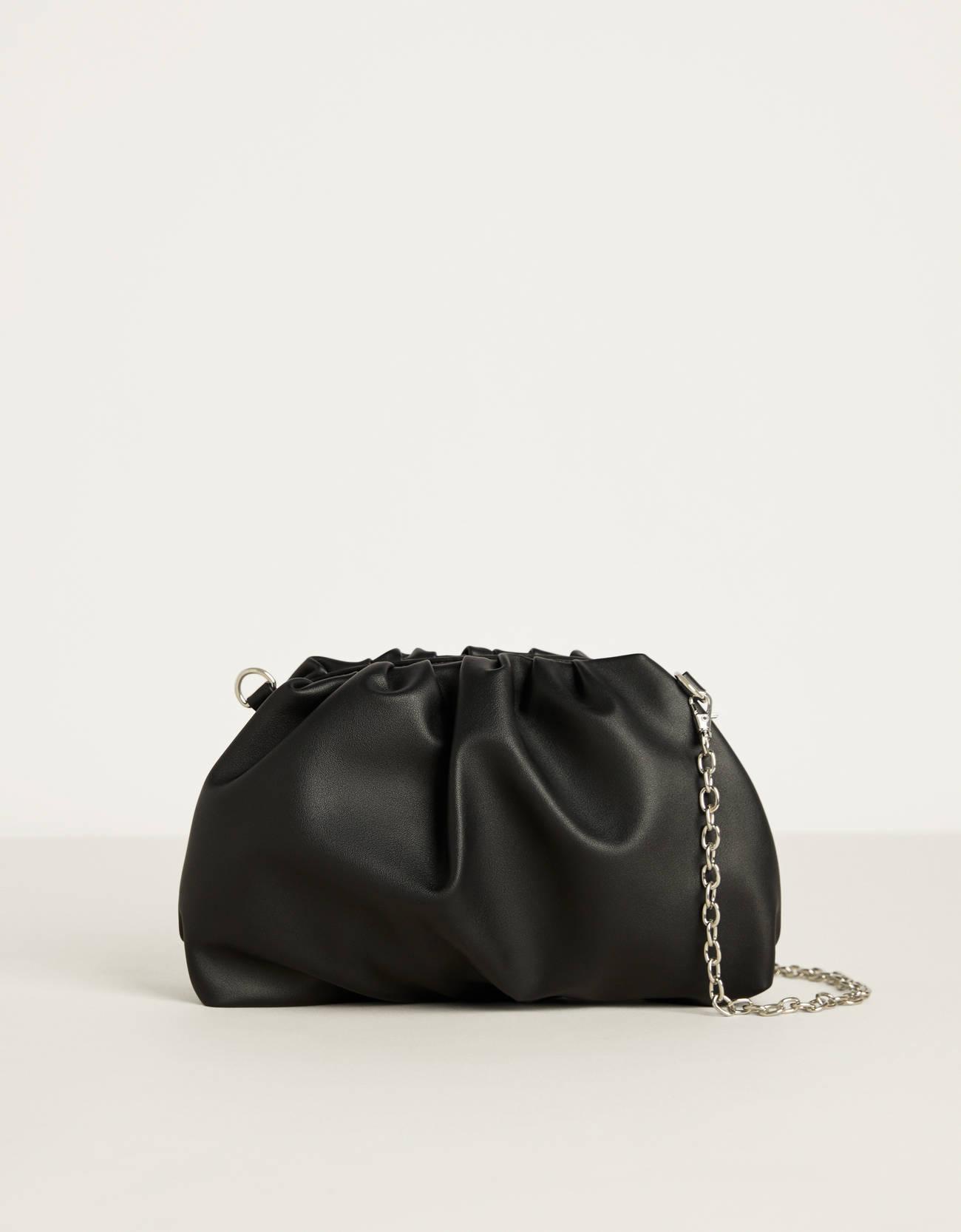Bolso pouch acolchado con cadena