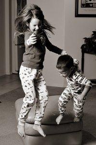 Consideraciones sobre la seguridad de los niños dentro del hogar (III): ¡cuidado con las caídas y golpes!