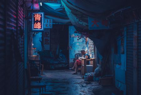Sean Foley retrata el ambiente nocturno de las calles de Hong Kong con una estética ochentera