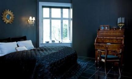 Puertas abiertas: una casa en negro
