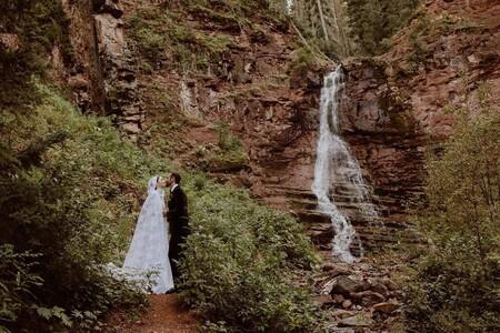 Lily Collins se casa en secreto (y por sorpresa) y nos deleita con unas idílicas imágenes vestida con un diseño de Ralph Lauren