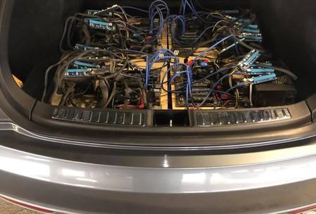 Hay quien hace minería de criptodivisas en el maletero de su Tesla